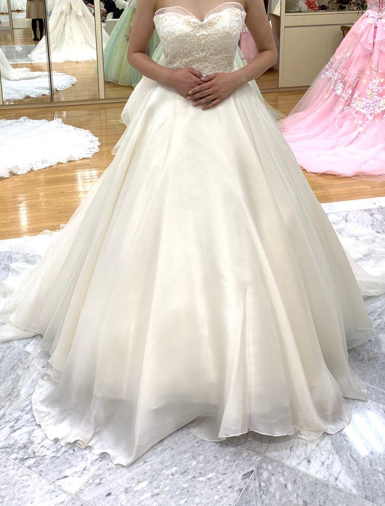 ハート型のカットで可愛らしいドレス