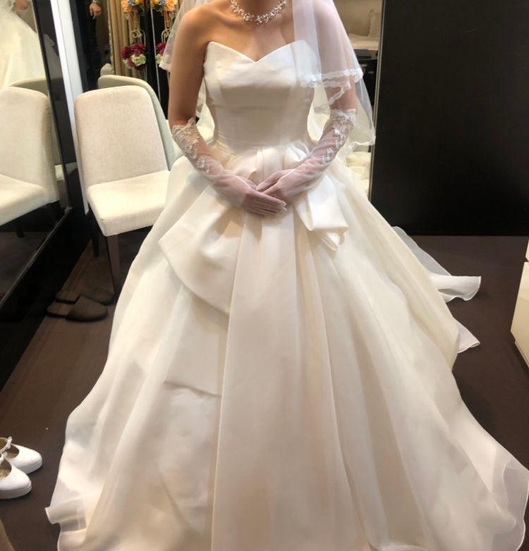 シンプルながらも、デザイン性の高いドレス
