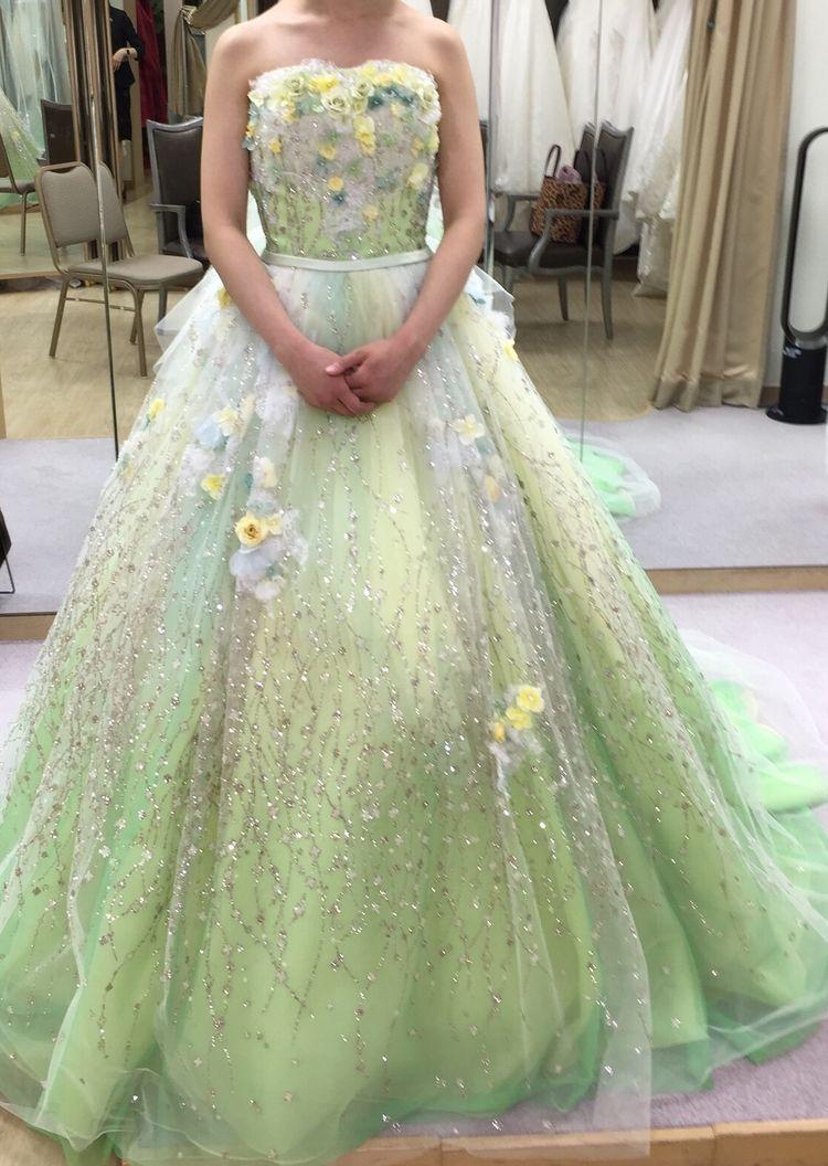 春らしい若草色のドレス