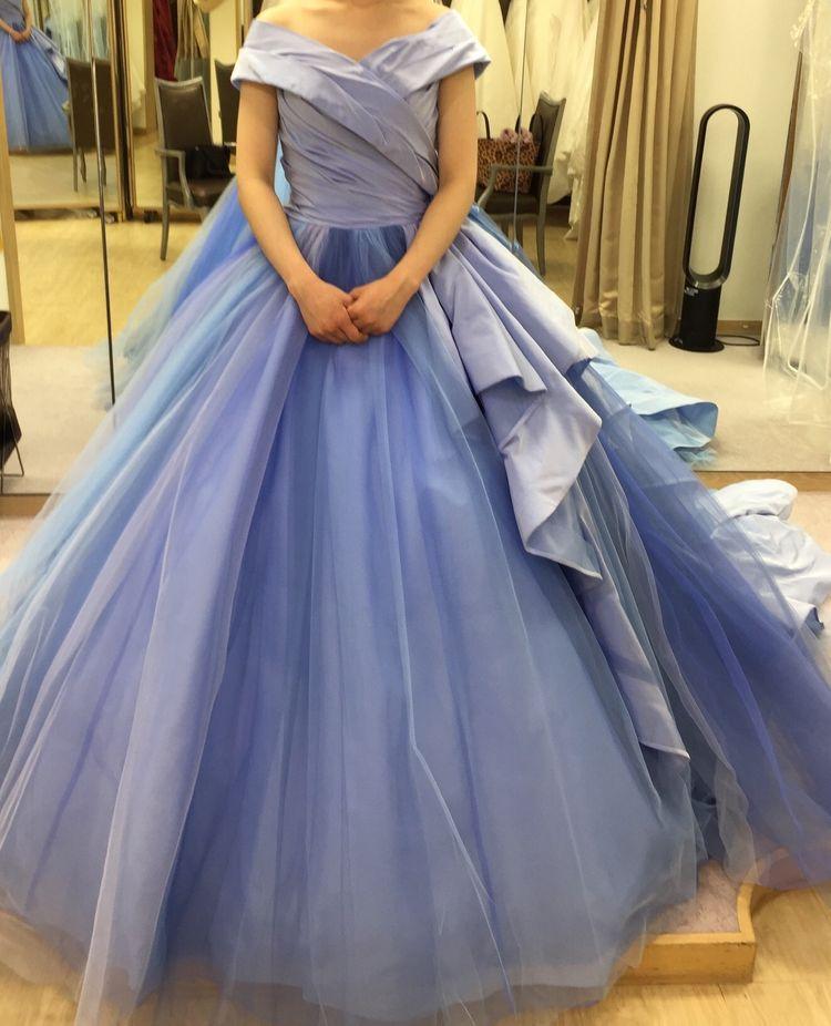 綺麗なブルーが映えるドレス