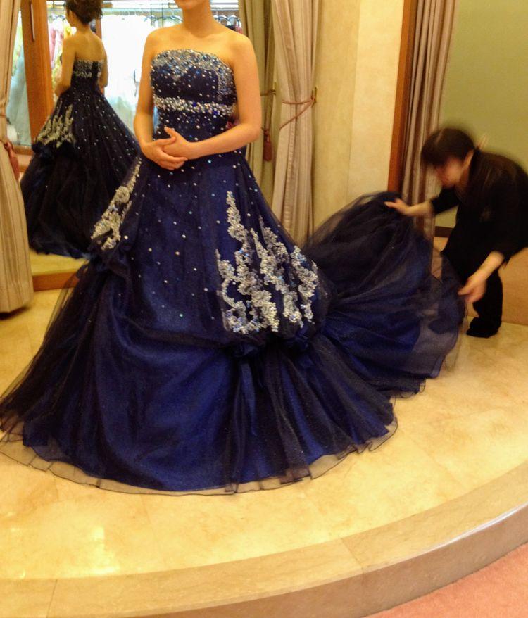 ネイビーのロマンチックなドレス
