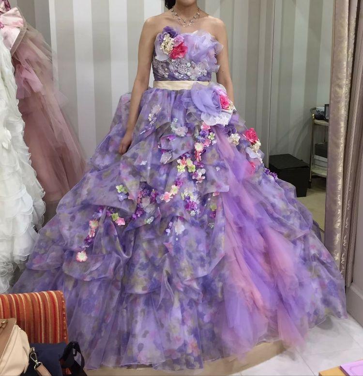 淡いパープルの色が女性らしいドレスです♪
