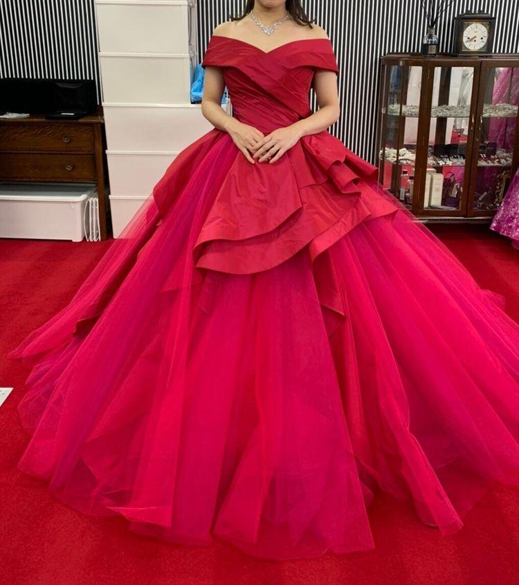 スカートのボリュームがすごいドレス