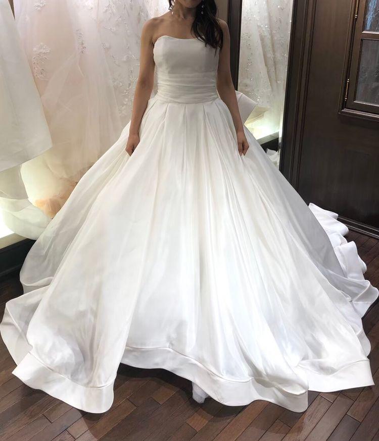 光沢感の美しさが際立つドレス