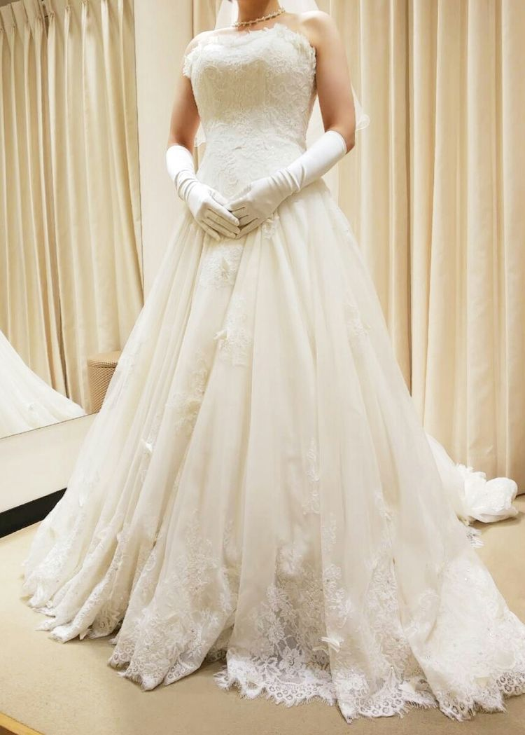 レースが華やかで花嫁らしいドレス