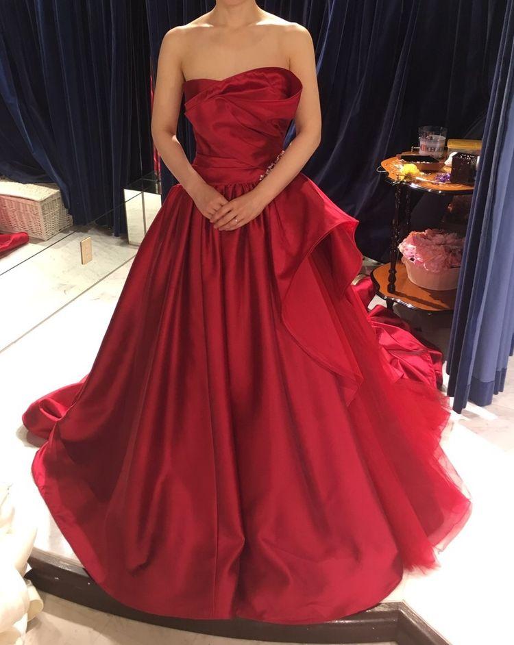 深い赤色とたっぷりとしたシルクサテンが上品なドレス