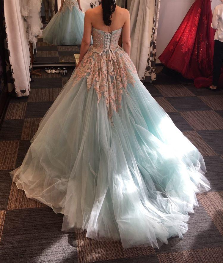 水色とピンクの爽やかなドレス