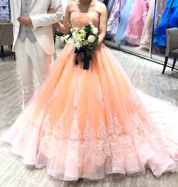 後ろの裾が長いカラードレス