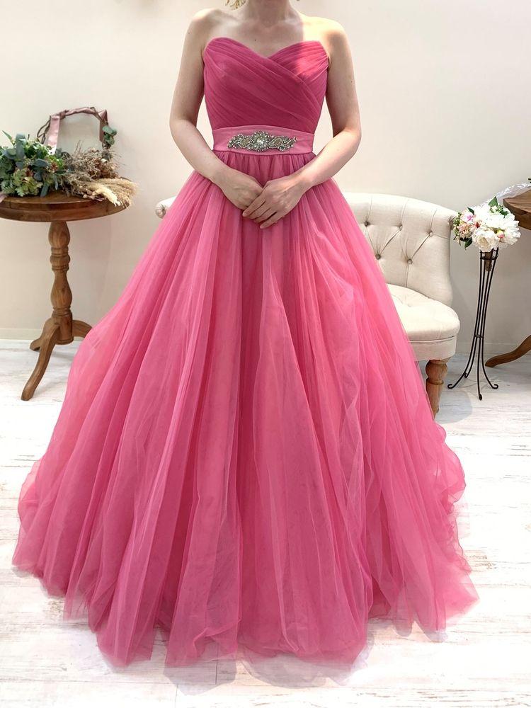 濃いピンクのドレス