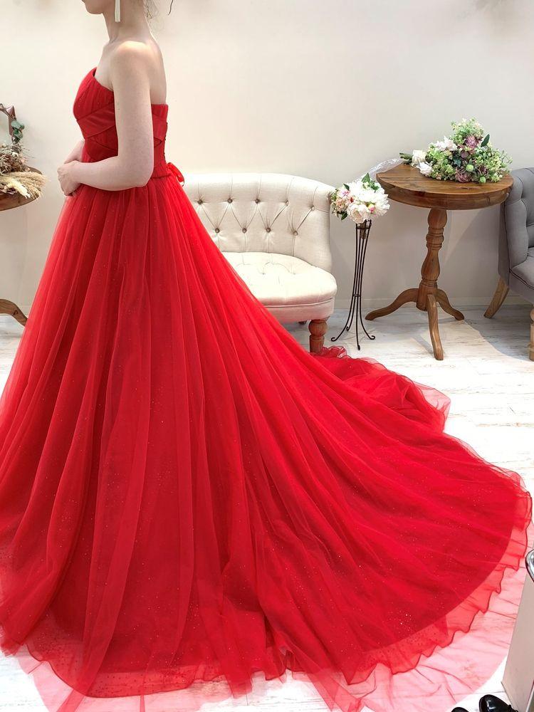 赤色がビビットなドレス