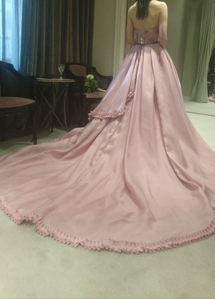 サテンの光沢が美しいドレス