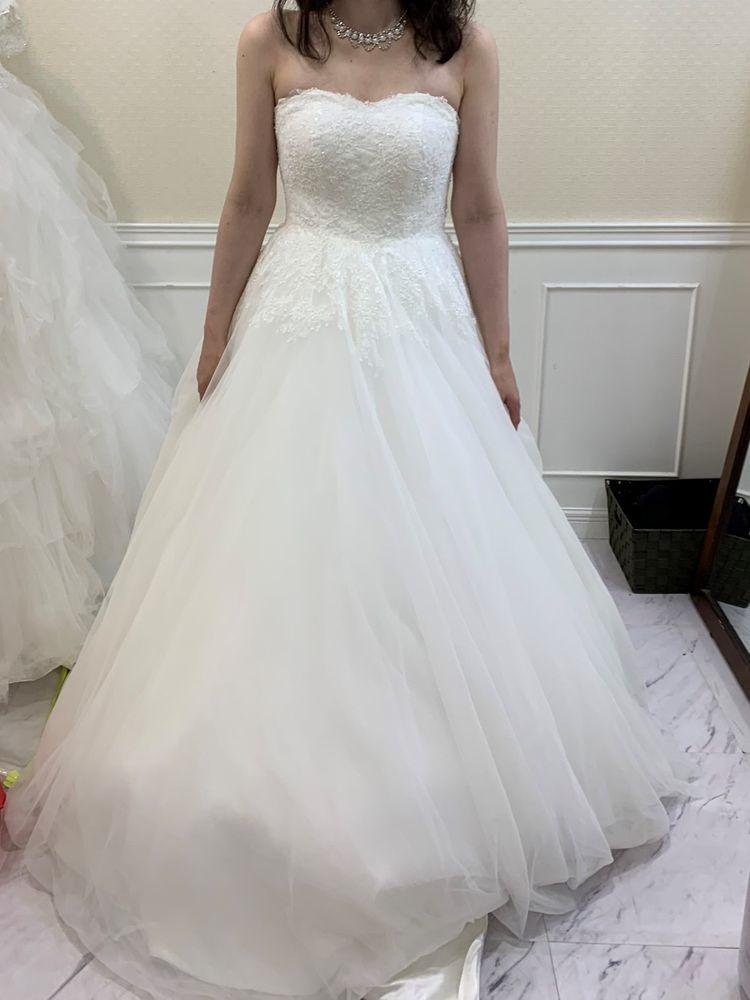 シンプルなデザインのドレス