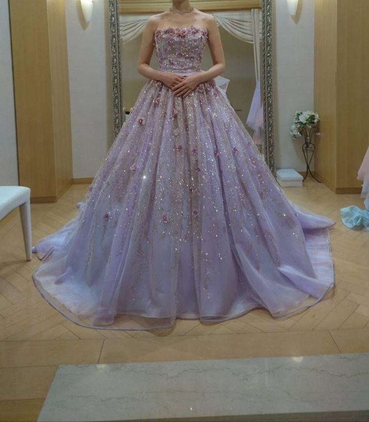 輝くビジューと小花が華やかなドレス