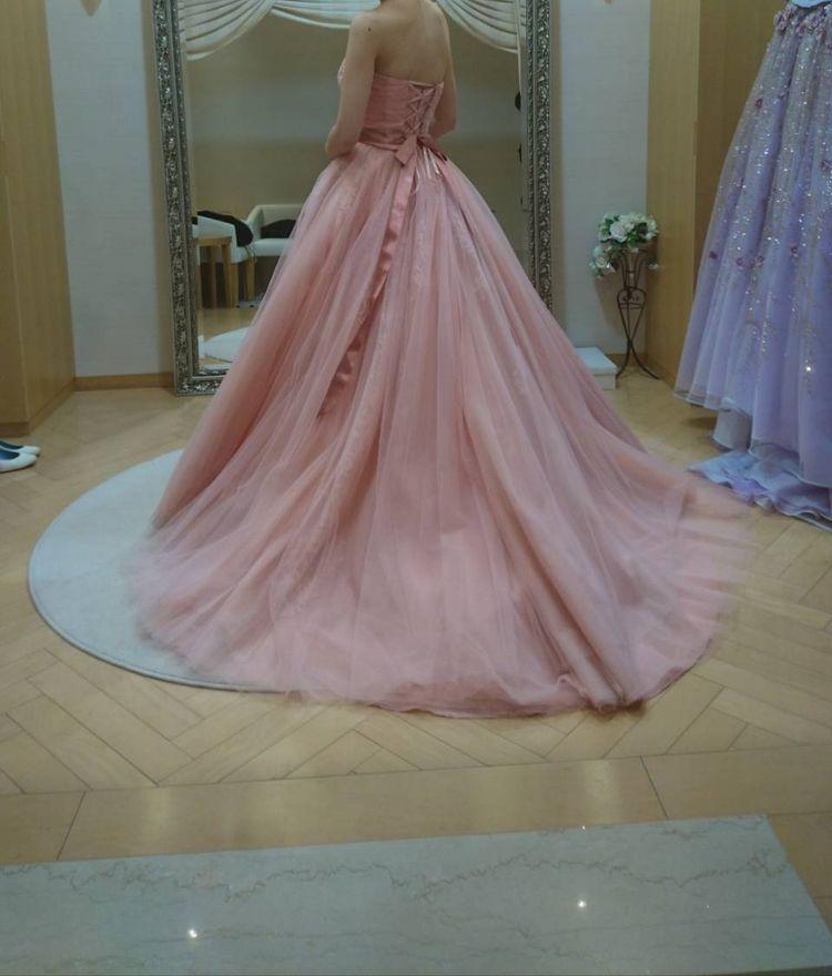 レースやビジューが上品なピンクドレス