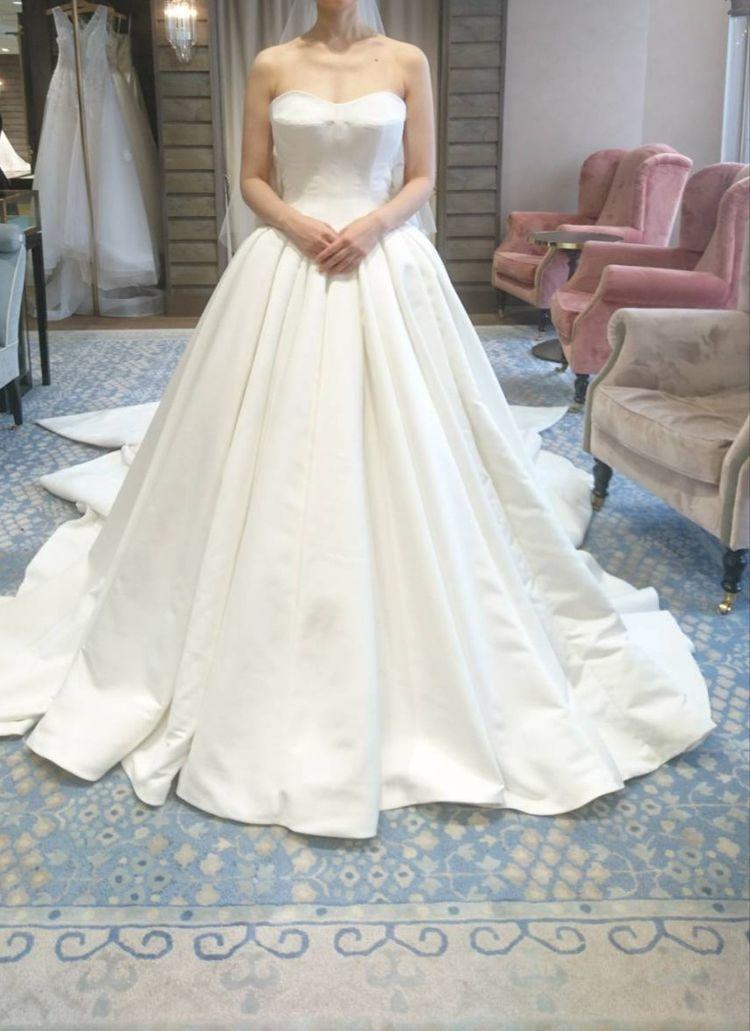 ハリ感となめらかさのある上品なドレス