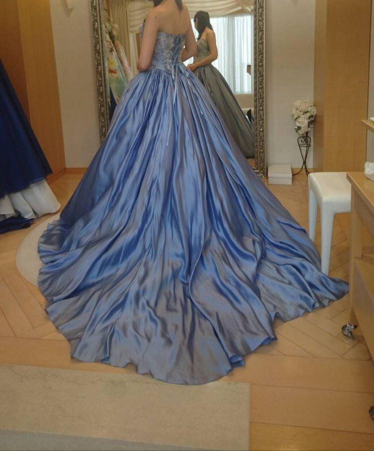 美しい艶のあるブルードレス
