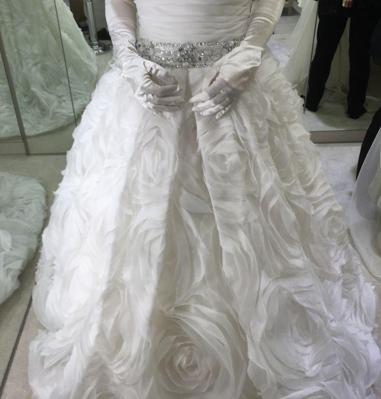上品で繊細なデザインのドレス