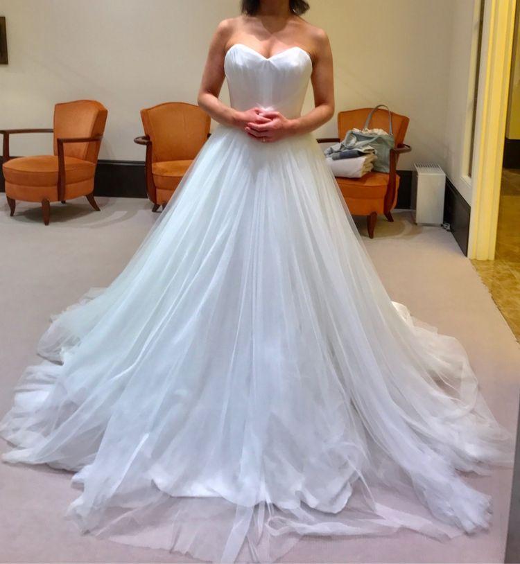 チュールが美しいシンプルなドレス