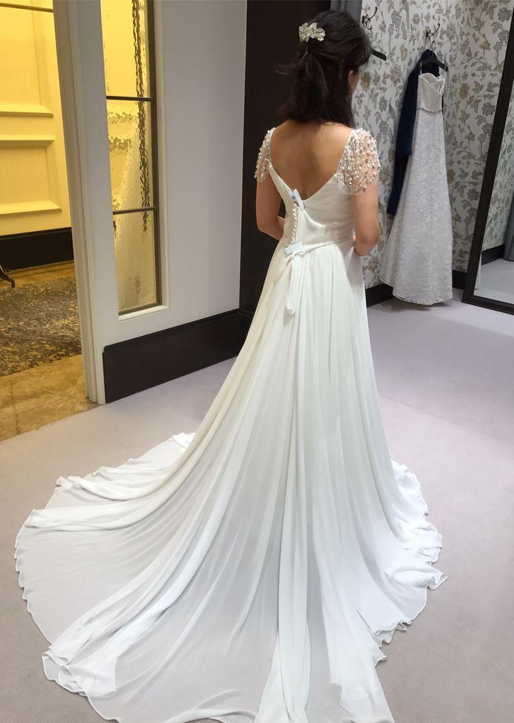 繊細なドレープのナチュラルなドレス
