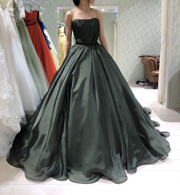 シンプルなカラードレス
