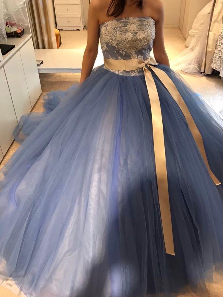 鮮やかな水色が印象的なドレスです
