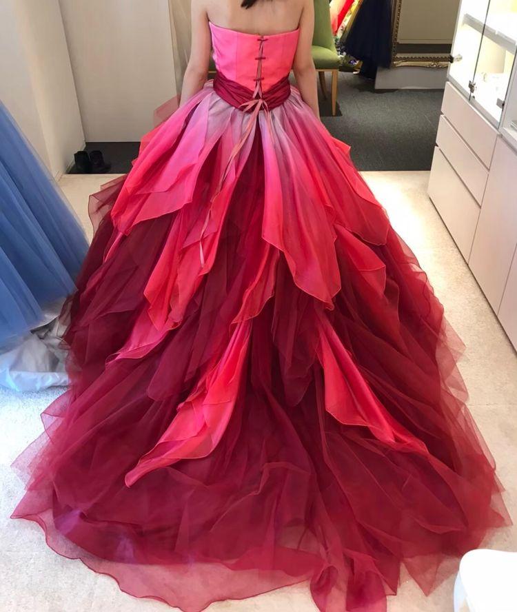 赤とピンクの派手色ドレスです
