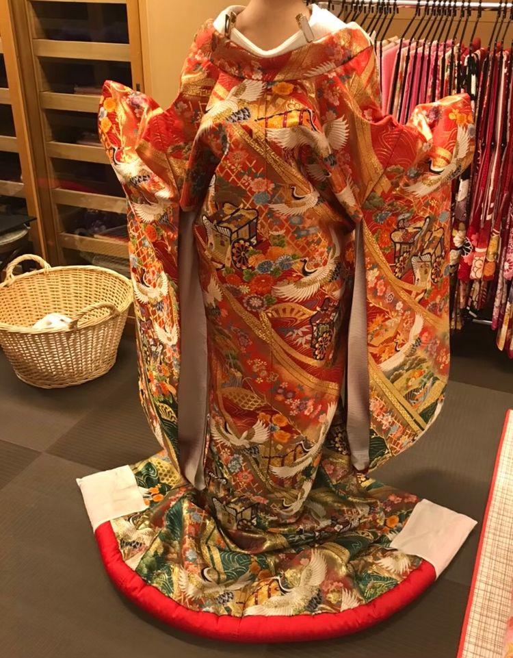 王道の朱色、鶴デザインの色打ち掛け