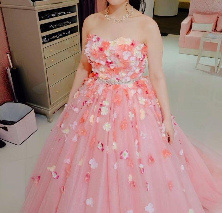 たくさんのお花が散りばめられた愛らしいドレス