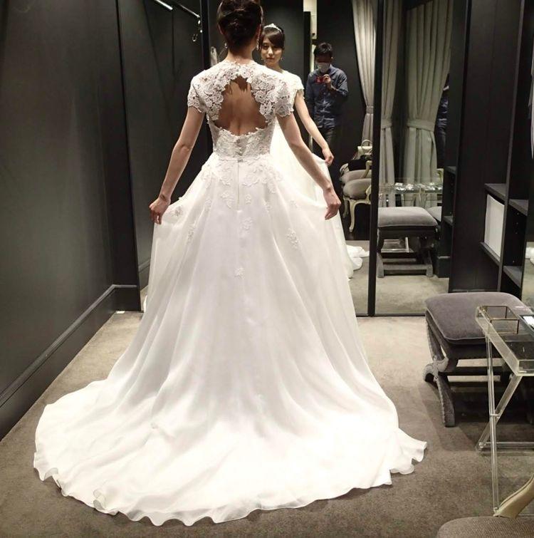 シンプルなデザインの中に生地の上品さが引き立つドレス