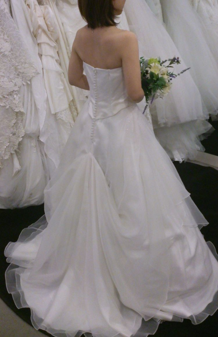 シンプルに見えて凝ったデザインのドレス
