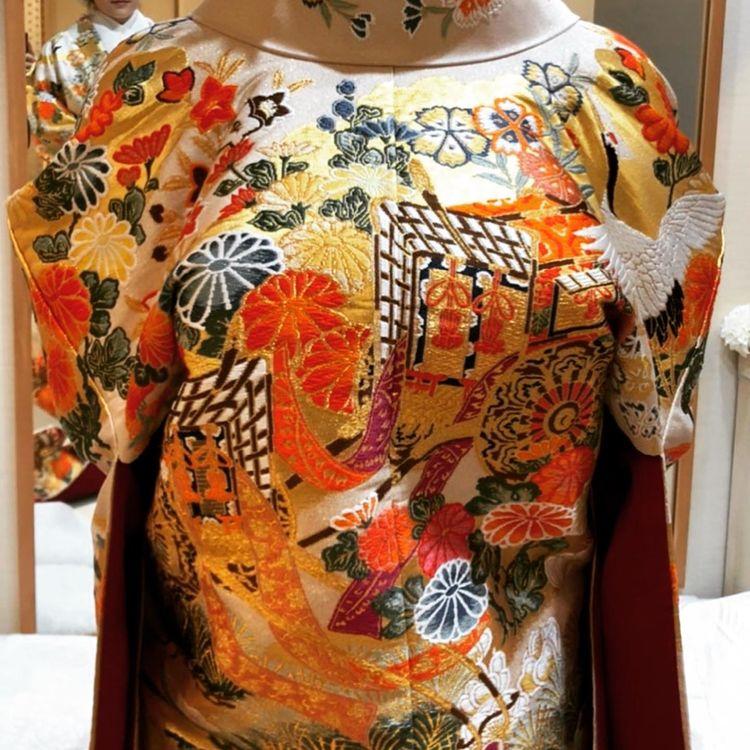 ベージュ地に豪華絢爛な模様が織り込まれた色打掛