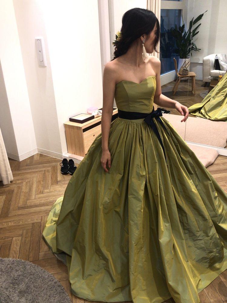 珍しいピスタチオグリーンのドレス
