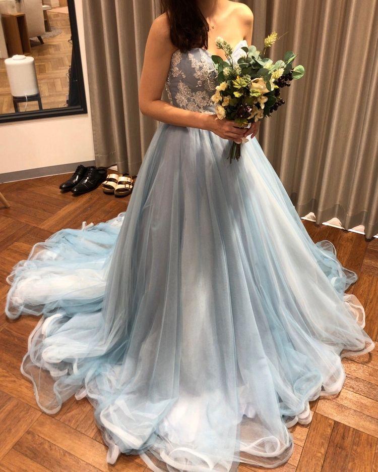 透けるブルーのチュールが軽やかなドレス