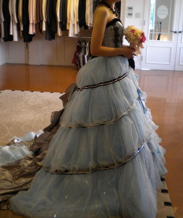 爽やかな水色と黒のライン、アシンメトリーなデザインのドレス