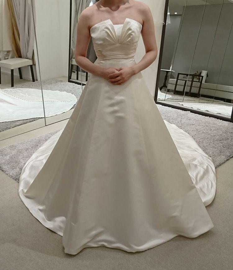 胸元にデザインのあるシンプルなドレス