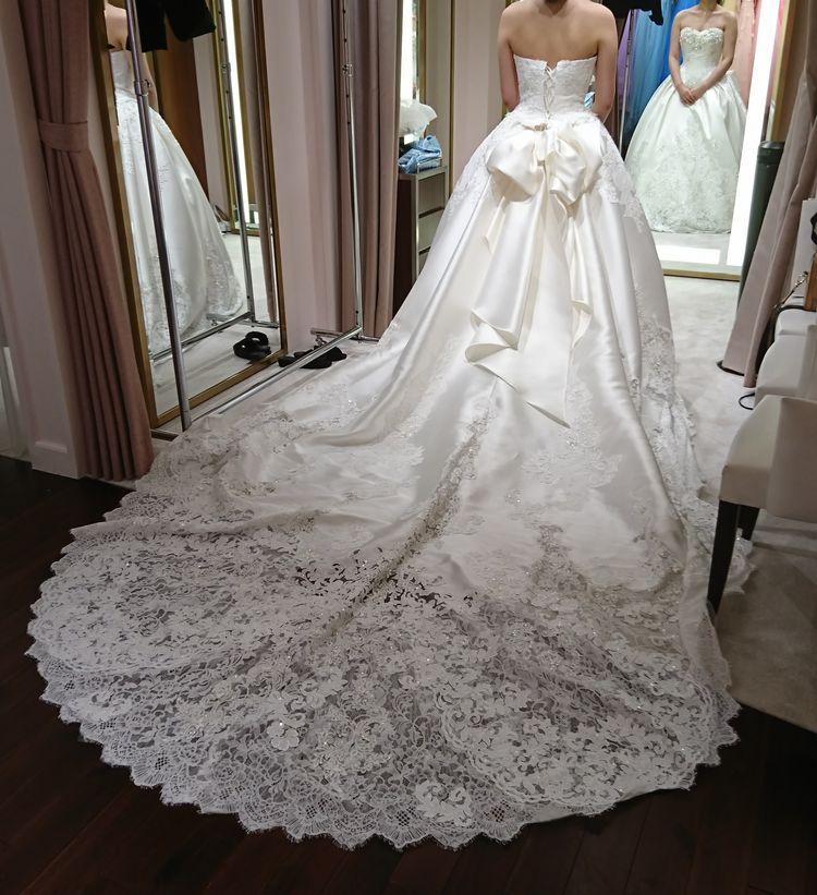 胸元のデザインと裾のレース、どちらも可愛いドレス