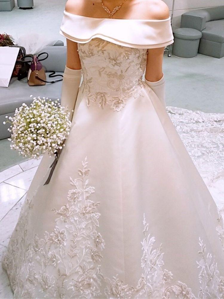 サテン生地の上品なドレス