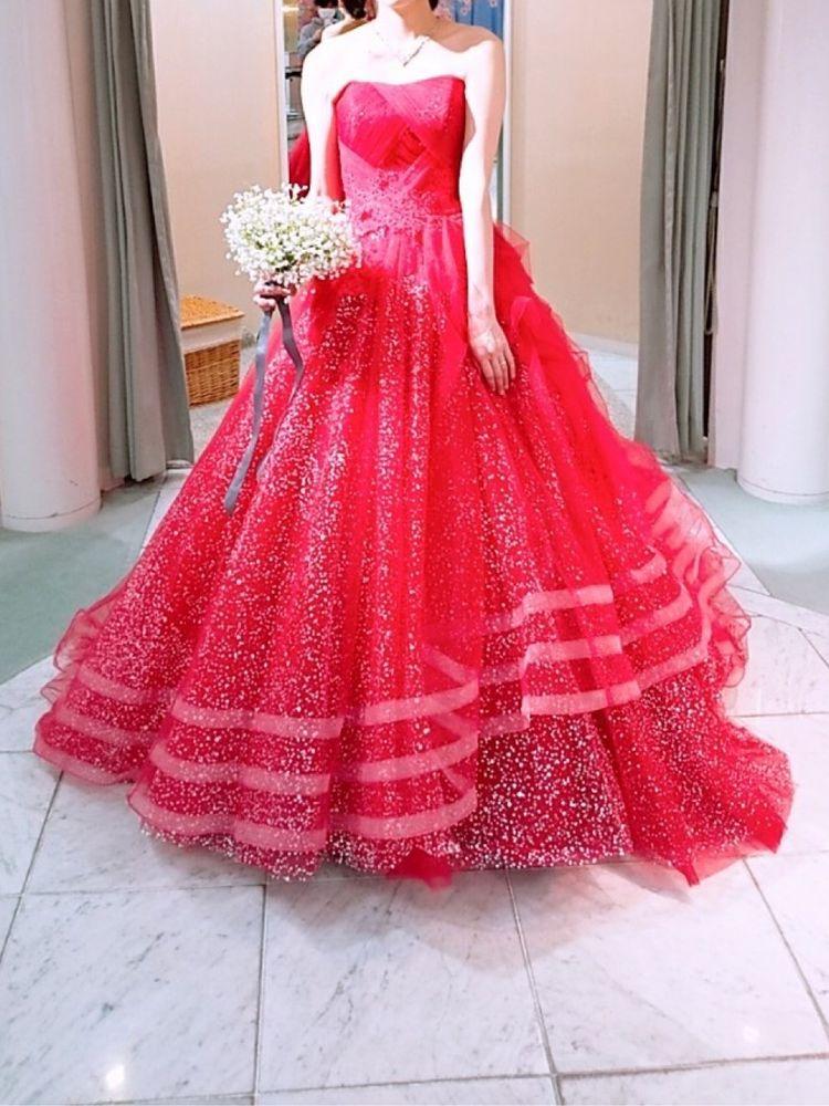 ラメが散りばめられた赤ドレス