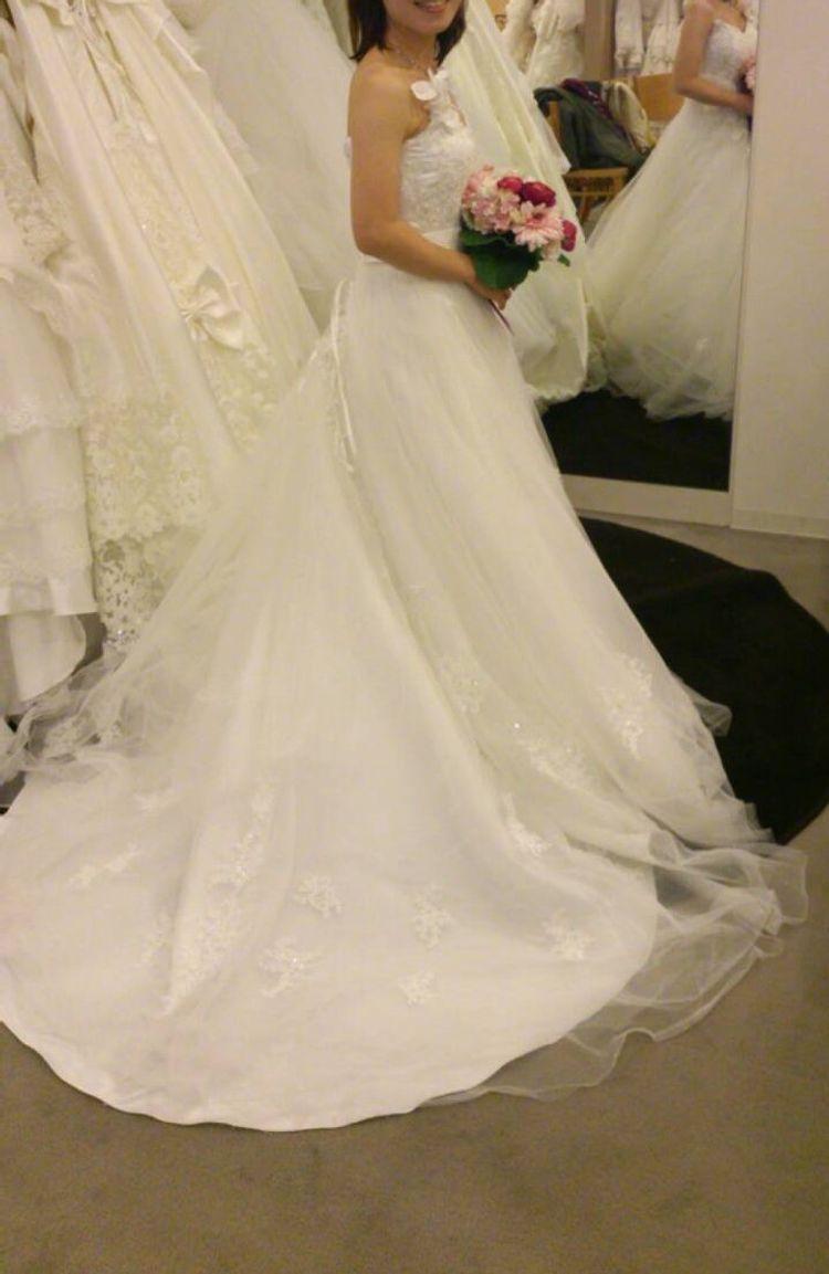 ふんわりキラキラで上品な刺繍のドレス。