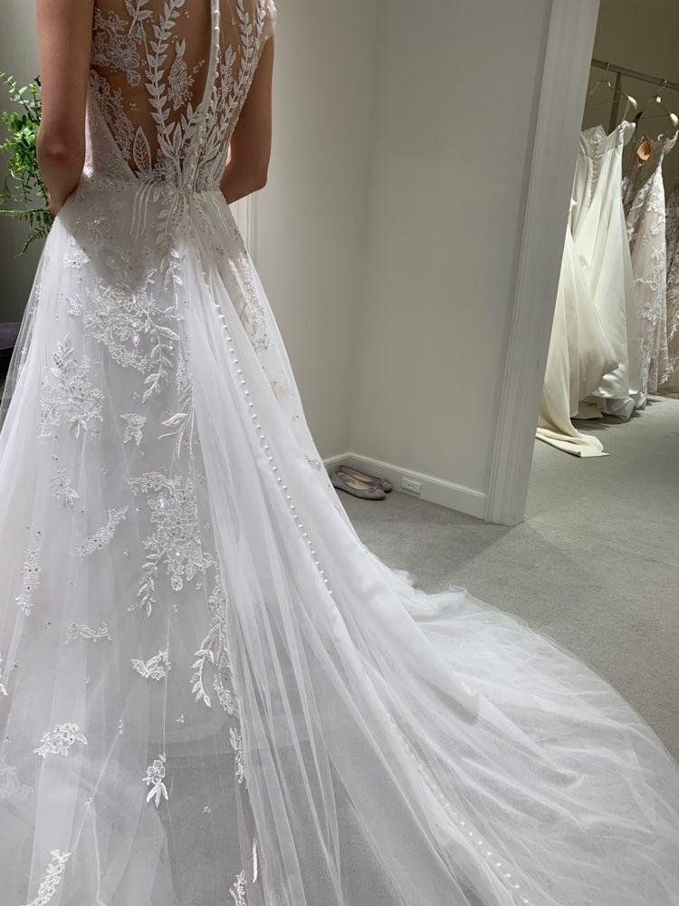 背中の刺繍がステキなドレスです