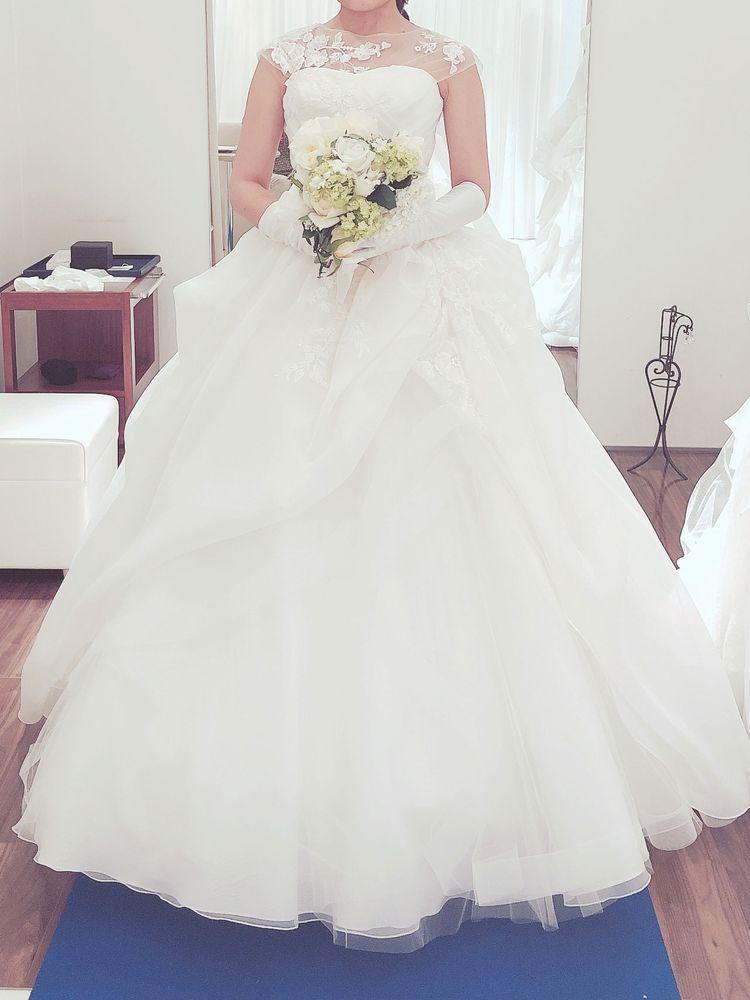 デコルテ刺しゅうが美しい、ボリュームのあるウエディングドレス