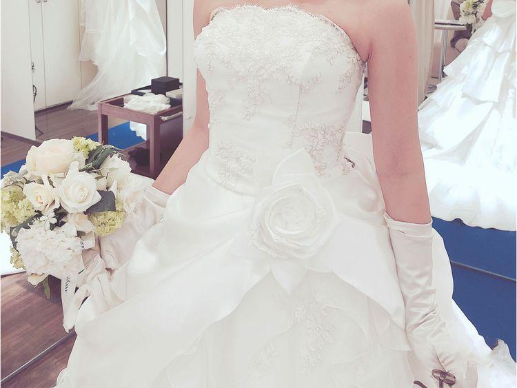 胸元の刺しゅうが美しい、豪華なティアードのビスチェドレス