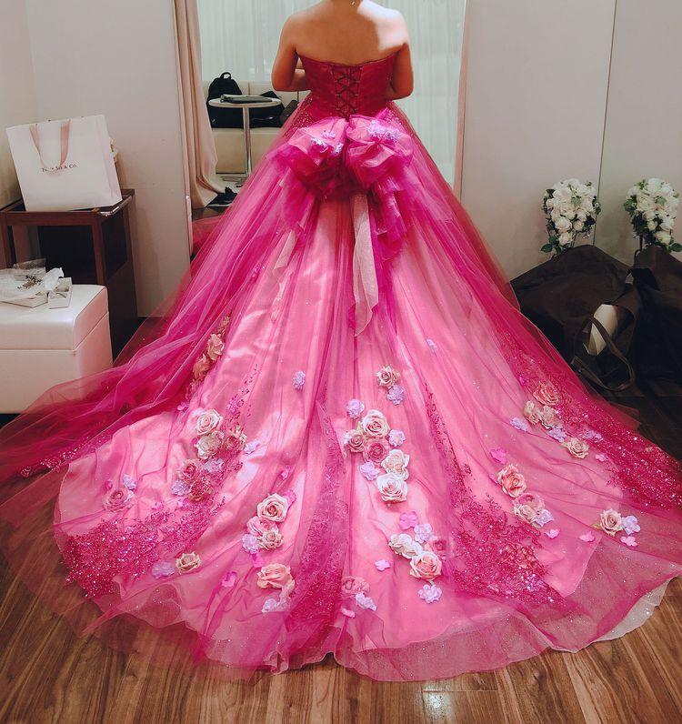 バラとビーズ刺しゅうが美しい豪華なカラードレス