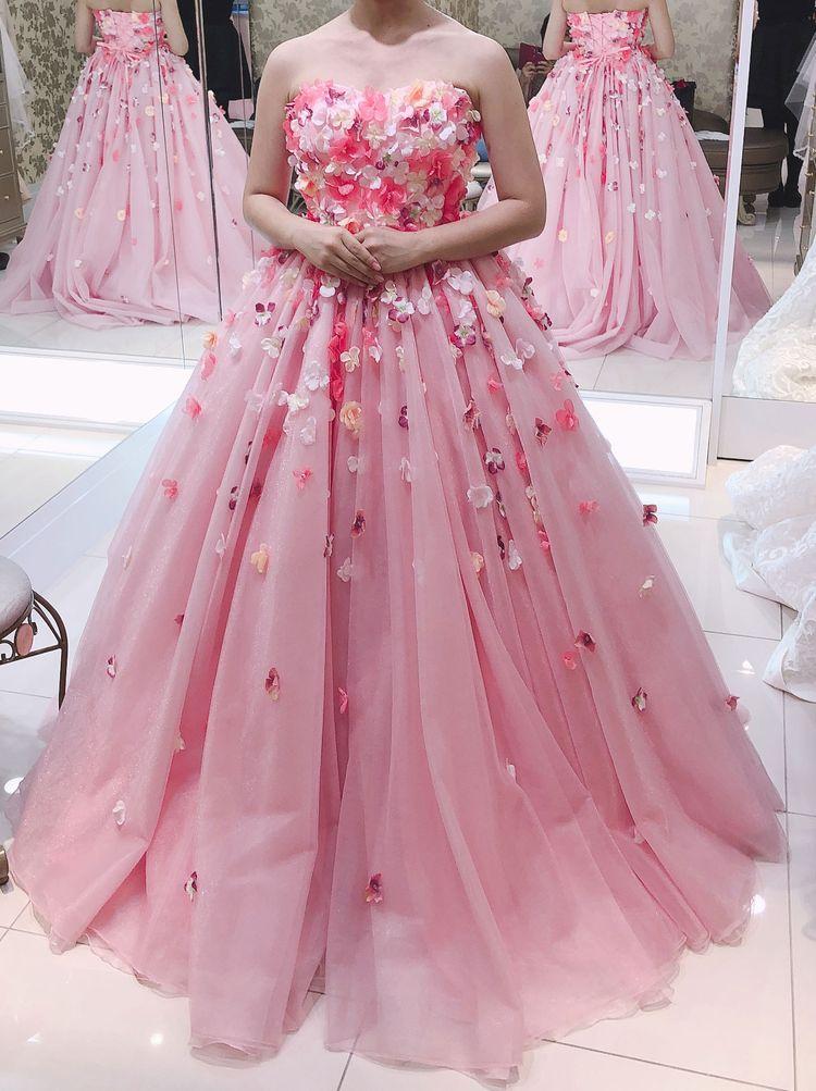 花びら咲き乱れるピンクのチュールドレス