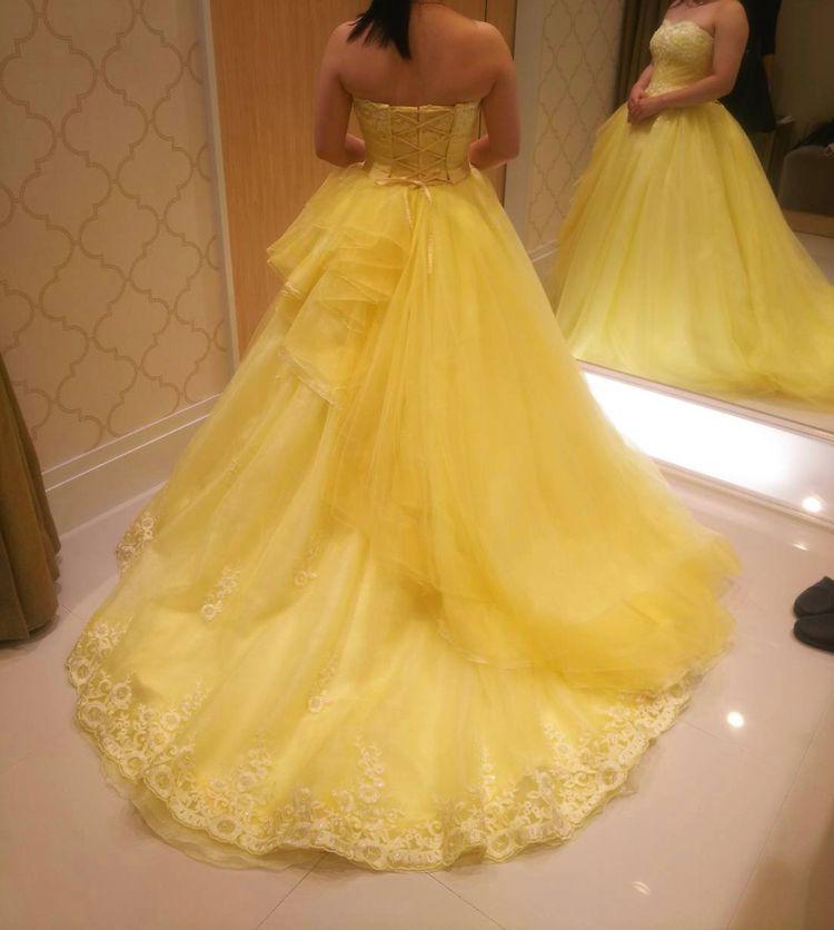 個性的なデザインの明るい印象のあるドレス