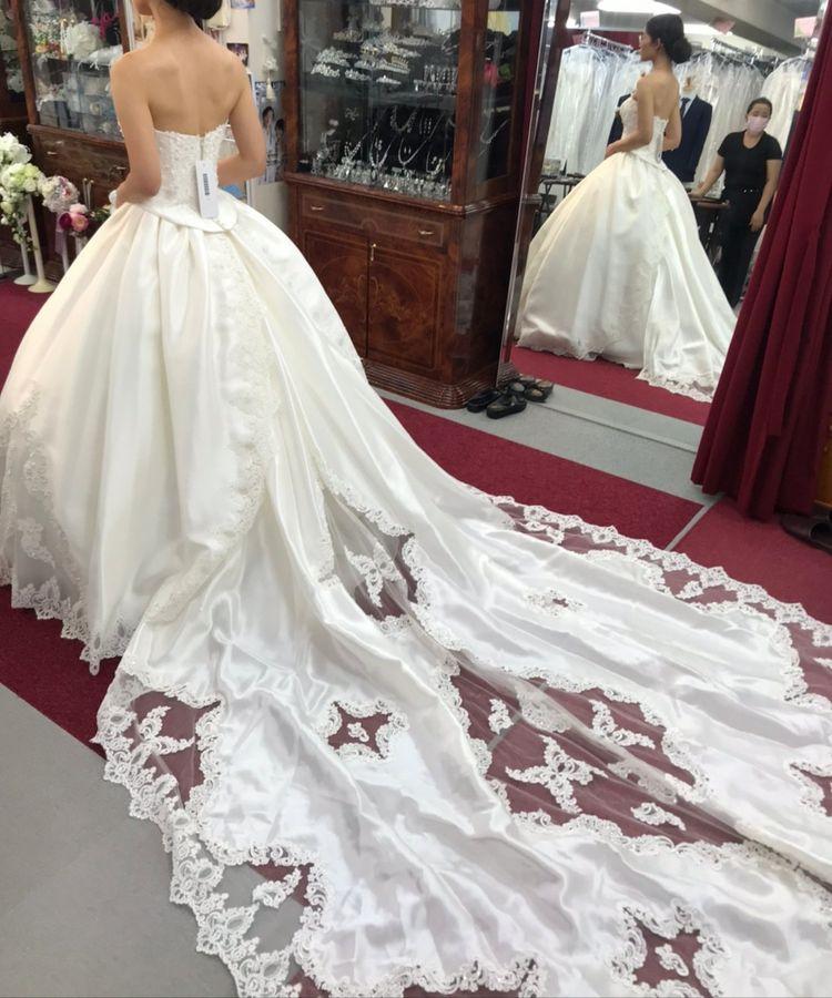 ロングトレーンのお姫様みたいなドレス