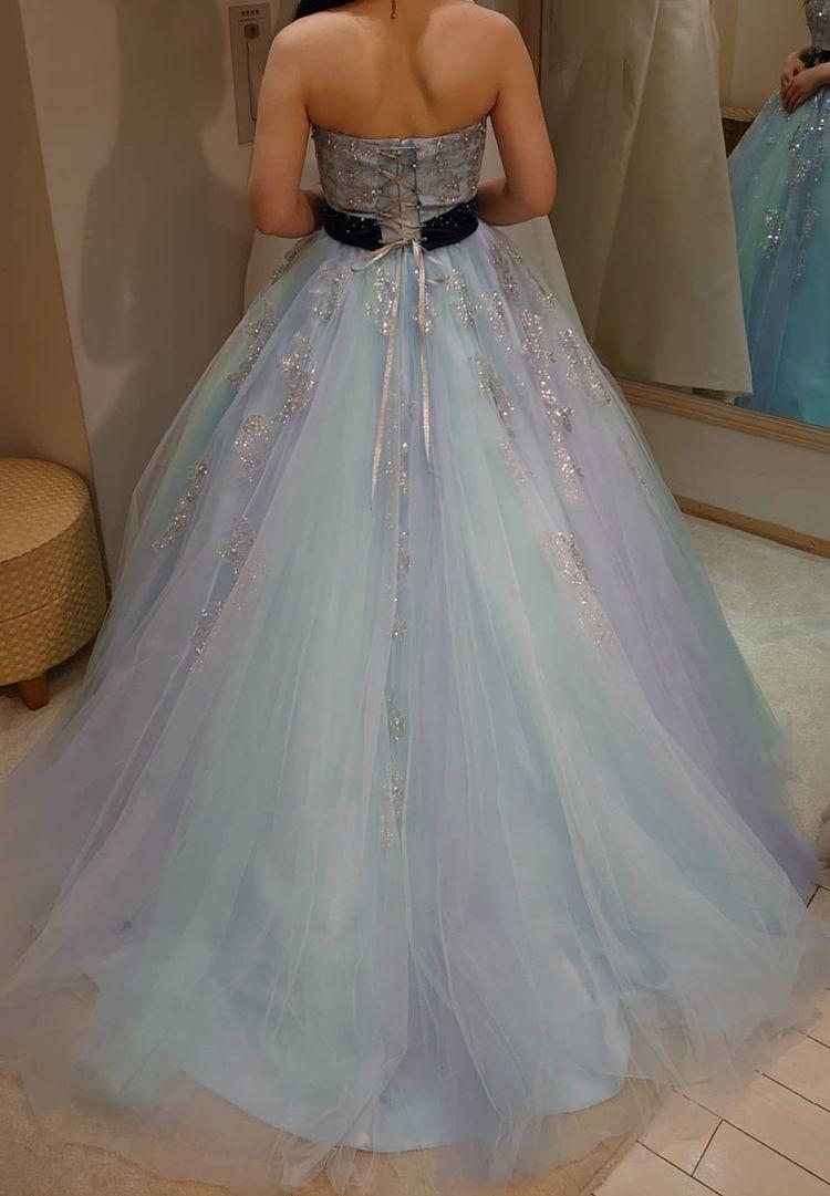 優しいブルーのドレス