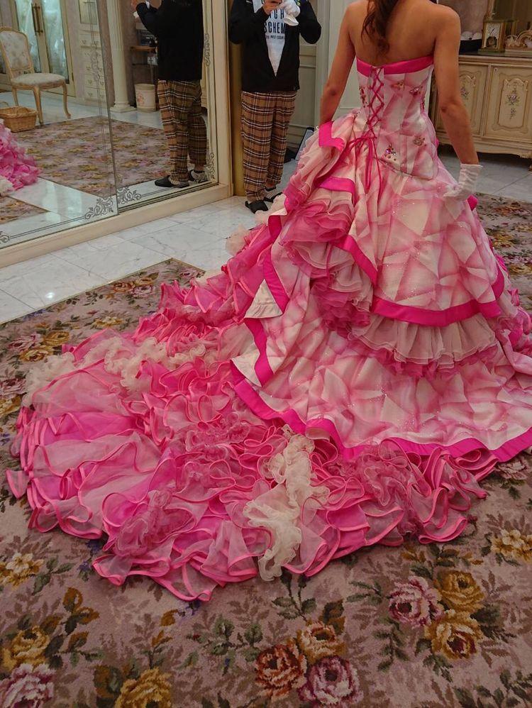 ビビットピンクのひらひらドレス