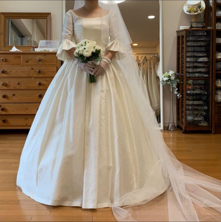 ベルスリーブのドレス