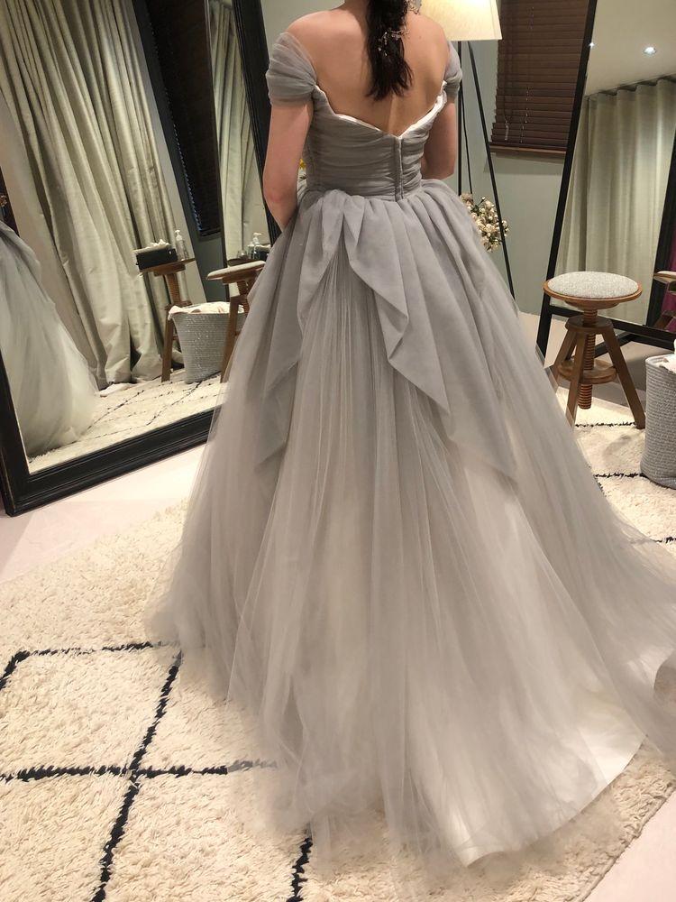 グレーのオフショルダードレス